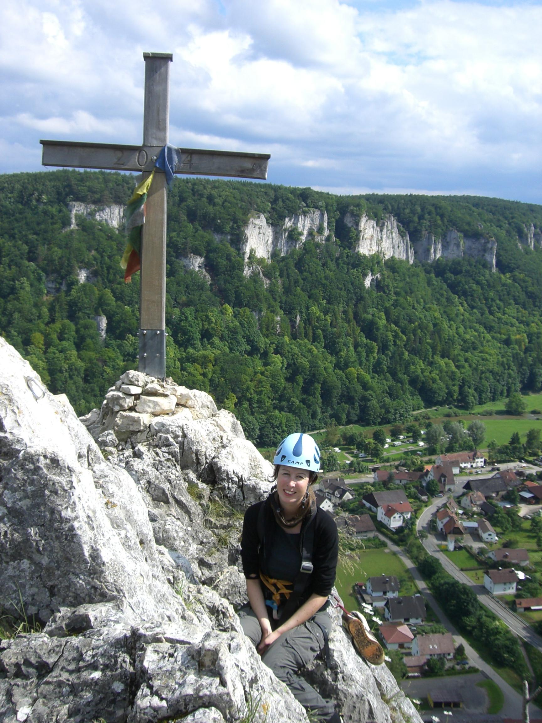 Stephie am Gipfelkreuz des Stuhlfels im Donautal