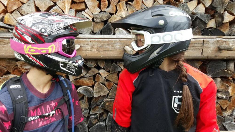 mit-bike-helm-melanie-und-barbara
