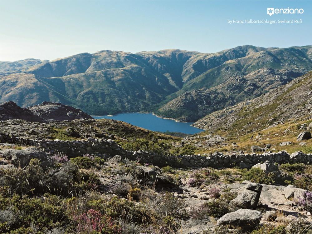 Wandern in Nordportugal mit Blick auf den Nationalpark und denStausee Vilarinho das Furnas