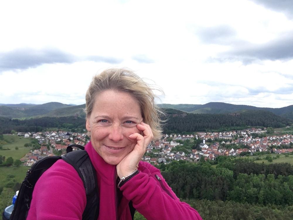 Wanderungen mit Aussichtspunkten, so wie hier auf dem Drachenfels im Dahner Felsenland, mag ich besonders gerne. (Foto: Daniela Trauthwein)