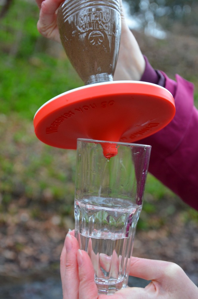trübes-Wasser-trinken-nach-Filterung