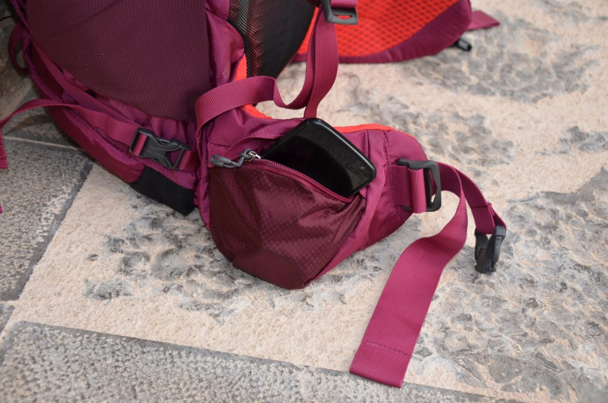 Kleine Seitentasche am Bauchgurt