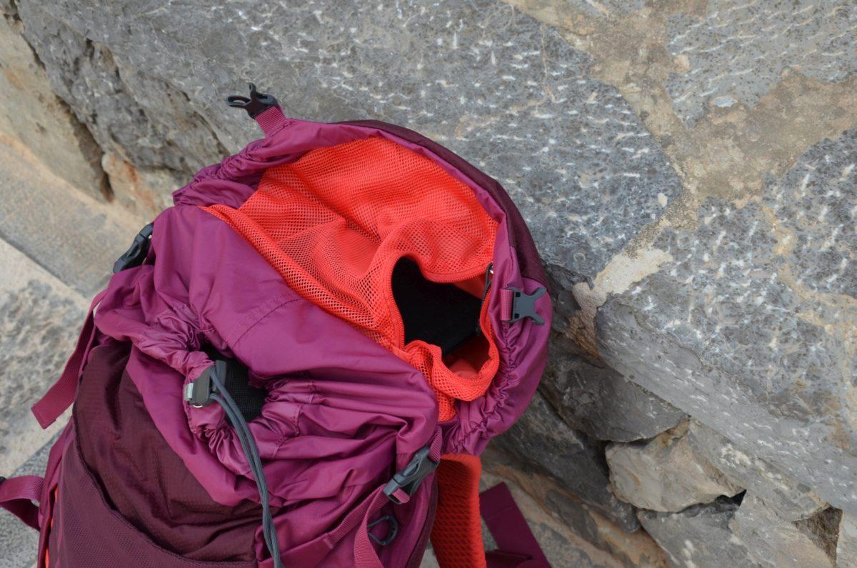 Netztasche im oberen Teil des Rucksacks