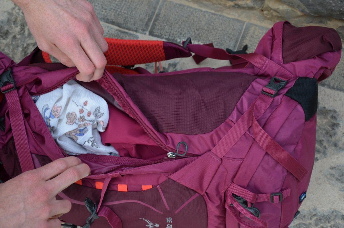 Der Rucksack bietet die Möglichkeit über ein Seitenfach jederzeit an den unteren Bereich zu kommen