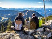 Eltern mit 2 Kindern auf Gipfel