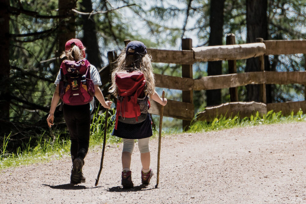 2 Mädchen beim Wandern mit eigenem Rucksack